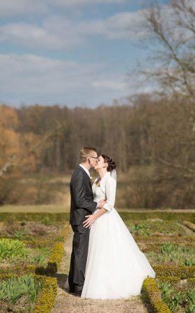 Hochzeitspaar im Schlosspark